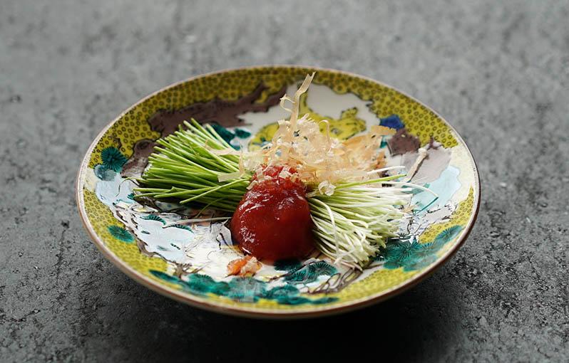 芽ネギ梅肉のせの具材写真です。